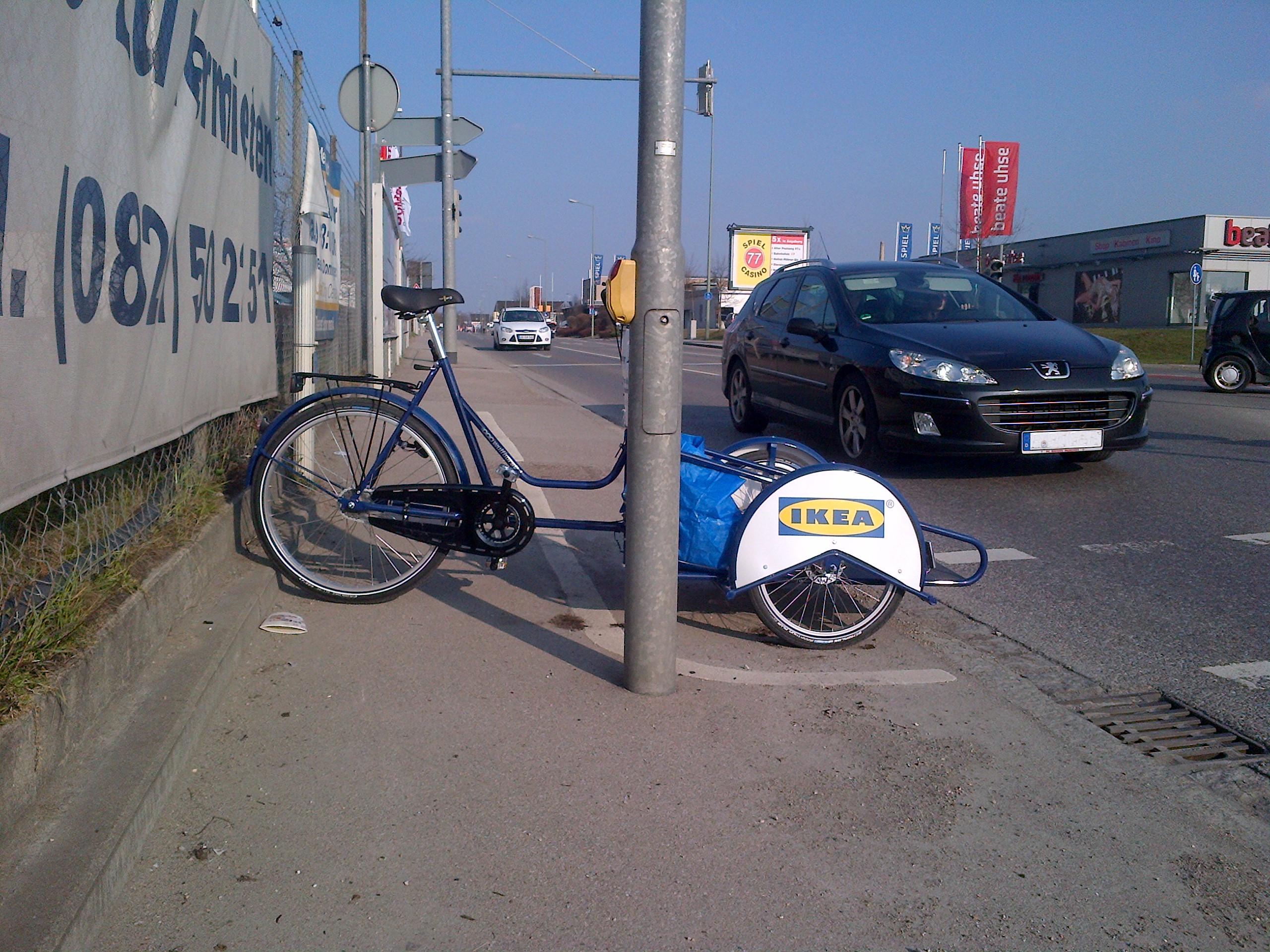 Das Lastenrad steht quer auf Geh- und Radweg. Der Vorderteil ragt dabei trotzdem noch auf die Fahrbahn.